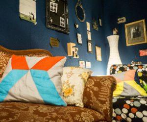 Wohnzimmer Kissen Sofa Couch Wand bunt Farbe GestaltungDesign Interior Interiordesign Innenarchitektur IWohnberatung Kreativität