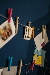Wohnzimmer, Sofa gemütlich, Erbstücke, alte Möbel, Blau, dunkel, bunt, Innenarchitektur, Design