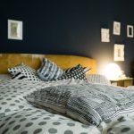 Schlafzimmer grau alte Möbel Urgroßeltern gemütlich Holz