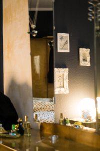 Schlafzimmer, gemütlich graue wand, alte Möbel der Urgroßeltern